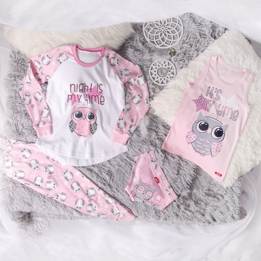 Pamučna roze pidžama za devojčice na krevetu