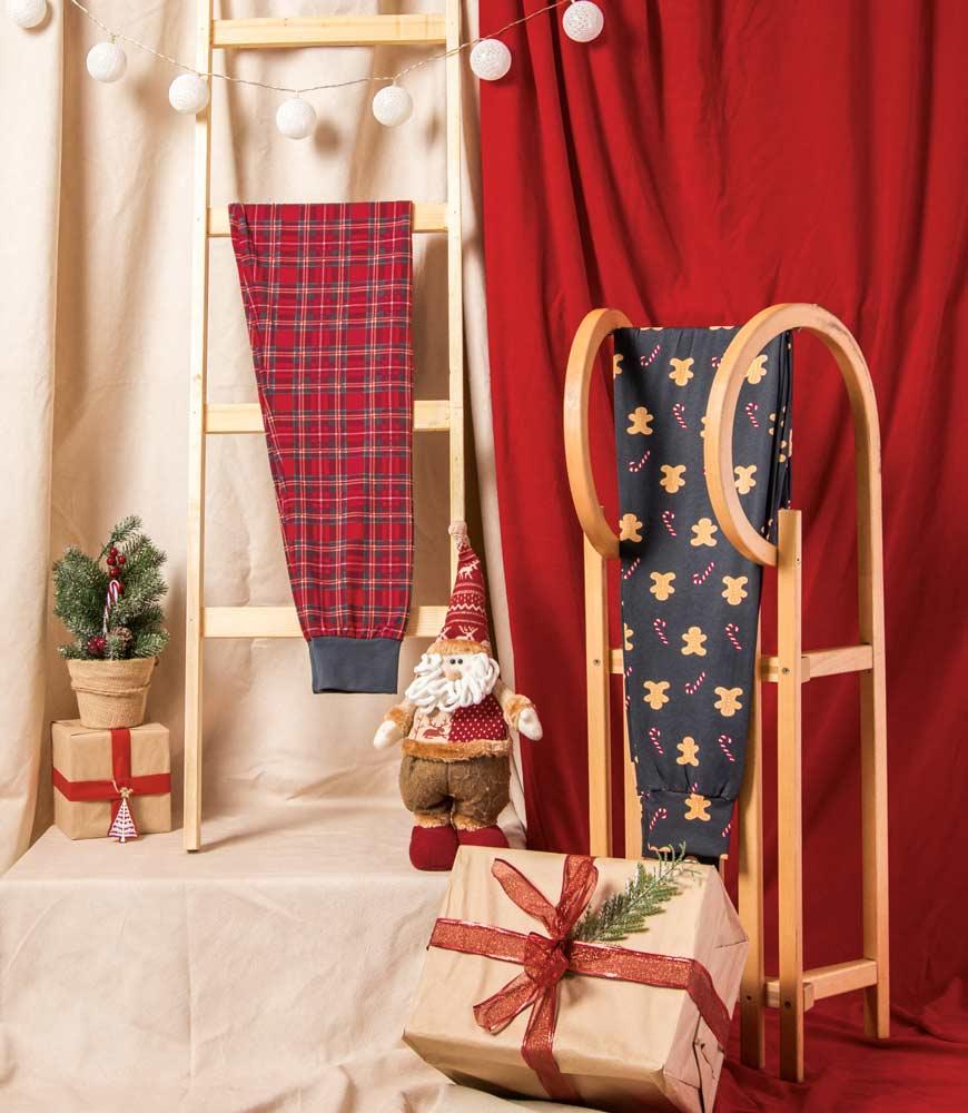 Novogodišnja dekoracija uz mini deda mraza i sankama pored njega
